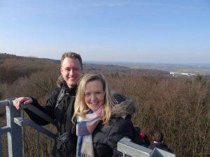Zwei Wanderer auf dem Wiehenturm