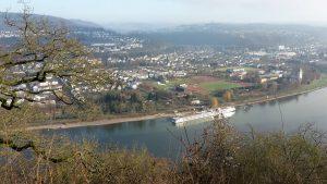 Blick auf den Rhein auf dem Rheinburgenweg Etappe 7 von Rhens nach Koblenz