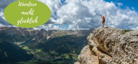 Person auf einem Berggipfel mit Blick ins Tal