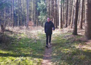 Wanderer auf Waldlehrpfad Dammer Berge