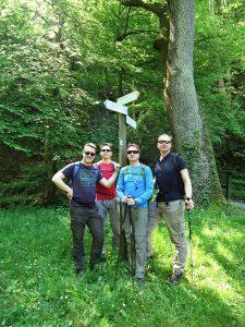 Am Sauerbrunnen treffen wir andere Wanderer und können für ein Erinnerungsfoto posieren...