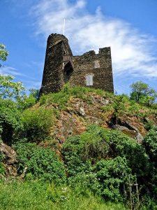 """Die Ruine Nollig ist die Ruine einer Höhenburg auf dem Bergrücken des """"Nollig""""."""