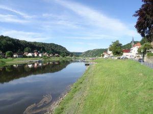 Zunächst führt der Malerweg ein Stück die Elbe entlang.