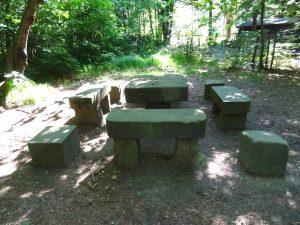 Der Steinerne Tisch diente früher den feinen Jagdgesellschaften als Rastplatz.