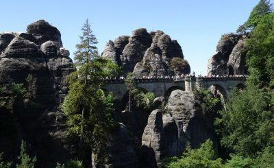 Die Bastei mit ihrer mehr als 70 Meter langen Brücke gerät in unser Blickfeld.