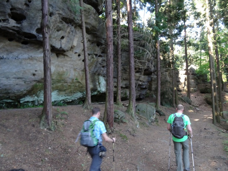 Entlang von schroffen Felswänden führt uns der Malerweg am zweiten Morgen.