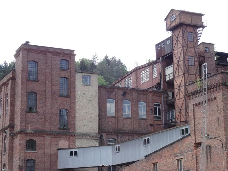 Die alte Fabrik nimmt uns in dem kleinen Örtchen in Empfang.