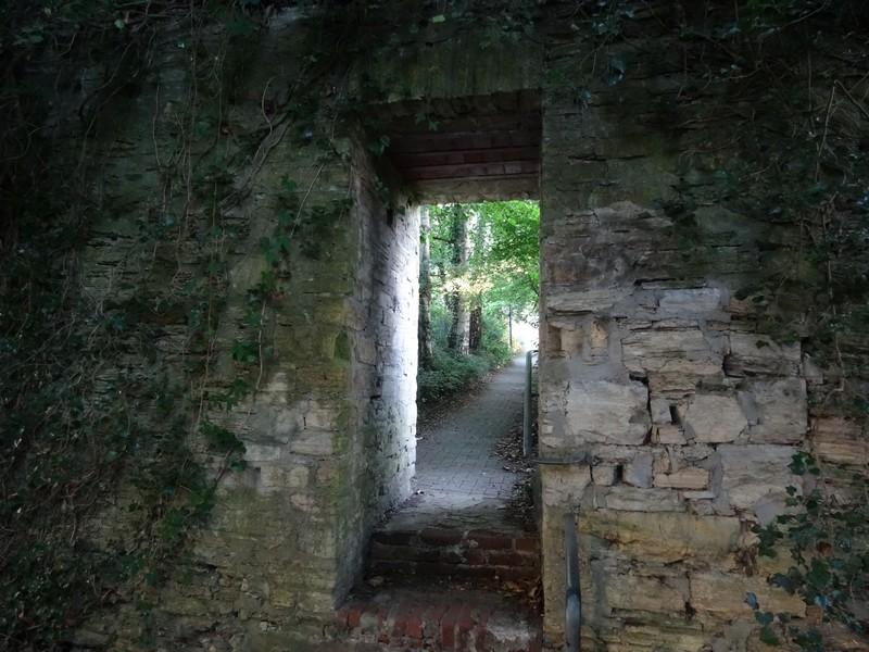 Einen Teil der mehr als 700 Jahre alten Stadtmauer bekommen wir zu sehen.