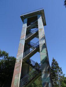 Gut 21 Meter hoch hinauf ragt die Stahlbeton-Konstruktion des Hermannsturms. Wir bleiben leider unten stehen.