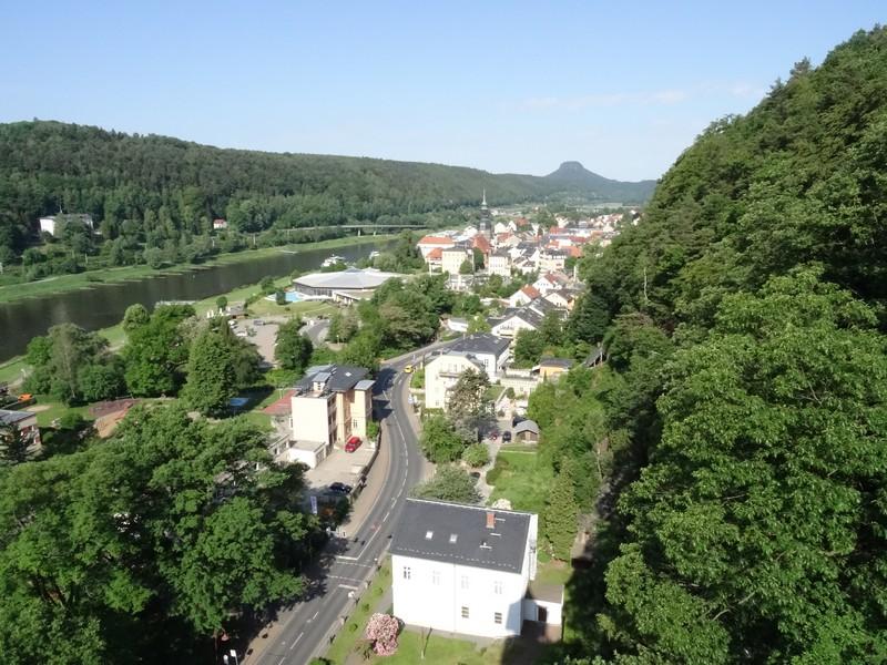 Bis auf die Ostrauer Scheibe bringt uns der Personenlift. Hier blicken wir auf Bad Schandau hinab.