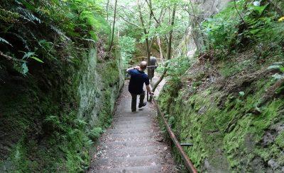 Zwischen hohen Felswänden geht es steil bergab.