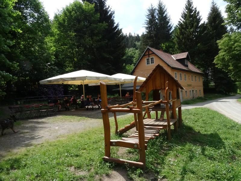 Endlich eine Einkehrmöglichkeit: die mitten im Wald gelegene Gastwirtschaft Zeughaus.
