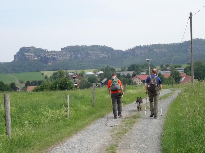 Auf den Schotterpisten haben wir stets die Schönheiten der Sächsischen Schweiz vor Augen - auf der anderen Elbseite.