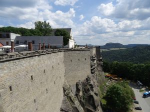 Die teils über 40 Meter hohen Mauern satteln auf dem Sandsteinfelsen auf.