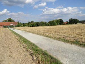 """Zwischen Feldern hindurch geht es zur """"Wanderer Rast""""."""