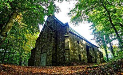 Etwas gespenstisch und unheimlich wirkt das alte Mausoleum von Haus Marck...