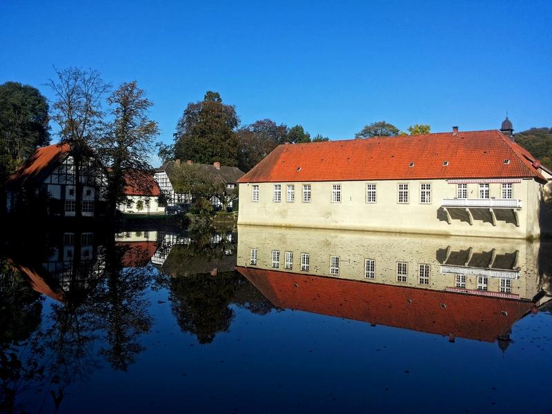 Zu jeder Jahreszeit ein erhabener Anblick: das Wasserschloss Haus Marck spiegelt sich in der Gräfte wider.
