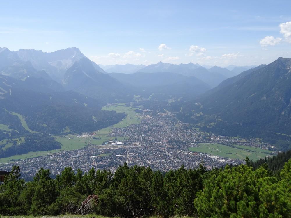Wir haben freie Sicht auf Garmisch-Partenkirchen, auf die Zugspitze und auch in alle anderen Himmelsrichtungen!