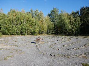 Abstecher vom Abstecher: Nur rund 100 Meter von der Aussichtsplattform entfernt findet sich etwas versteckt ein kleines Steinlabyrinth.