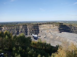 Teils 90 Meter hoch sind die Wände im Steinbruch.