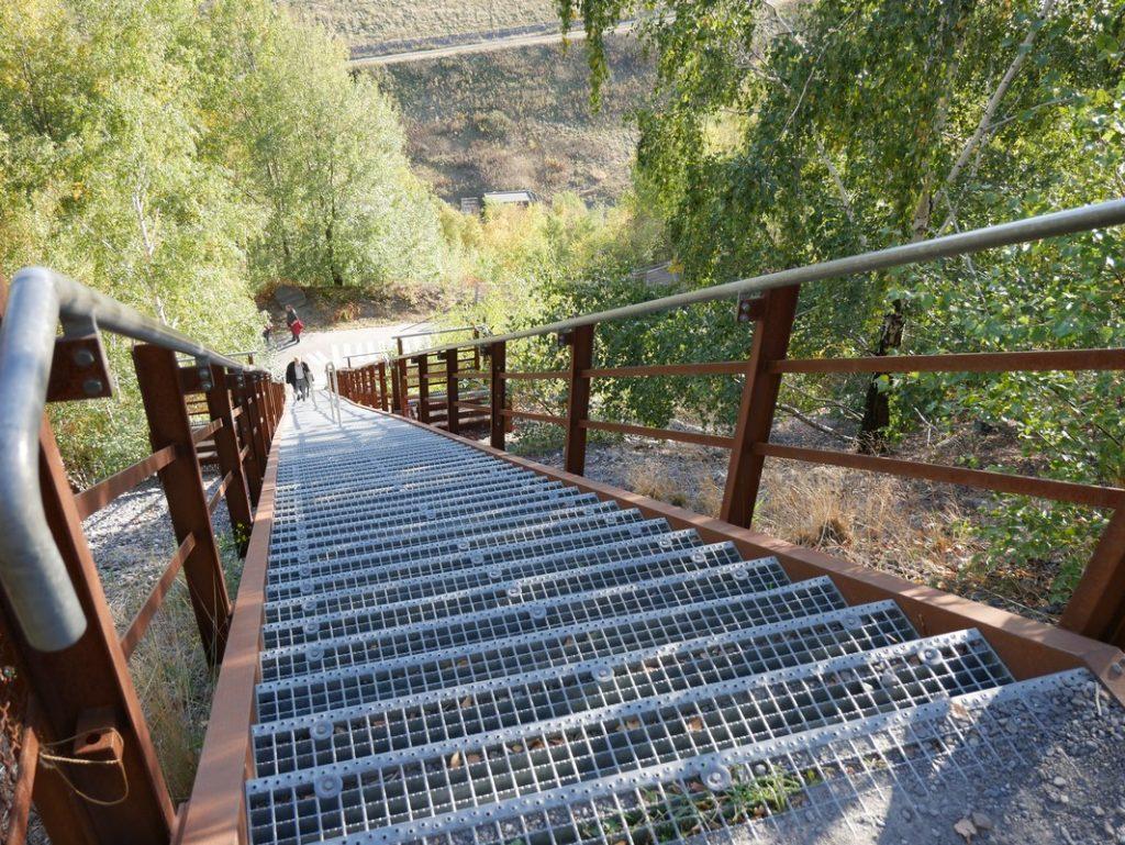 Über unzählige Stufen geht es anschließend wieder hinab auf dem Piesberg Rundwanderweg .