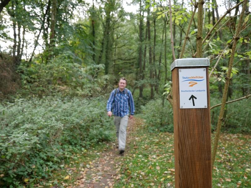 Durch ein Waldstück gehend nähern wir uns wieder dem Brochterbecker Siedlungsbereich.