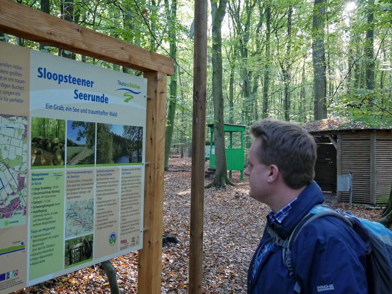 Die große Info-Tafel der Teutoschleife Sloopsteener Seerunde versorgt uns gleich zu Beginn mit den wichtigsten Infos.