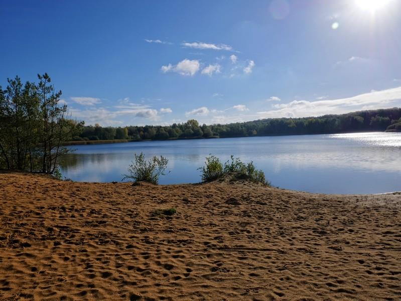 Ein toller Rastplatz: Der Sandstrand am Niedringhaussee. Leider weit und breit keine Bank.