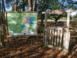 Die nächste Info-Tafel, das erste von mehreren Gattern - der Eingang zum Erdfallsee-Areal.