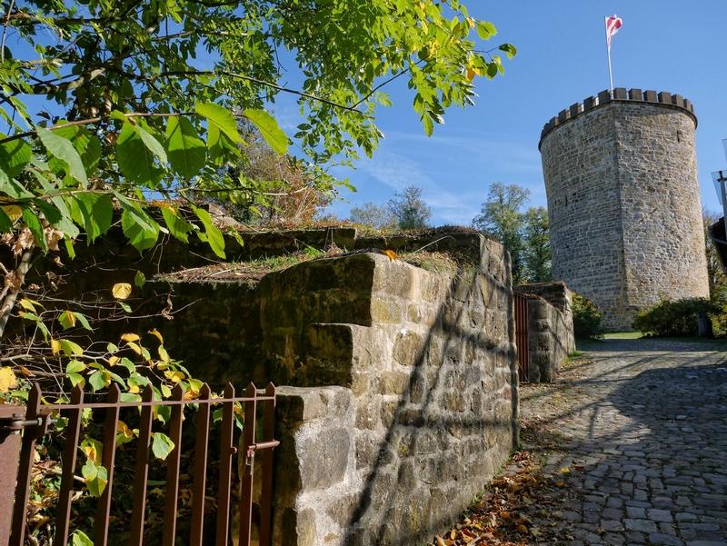 Noch ein Highlight: Die Burg Ravensberg thront über Borgholzhausen und liegt ebenfalls am Wegesrand.