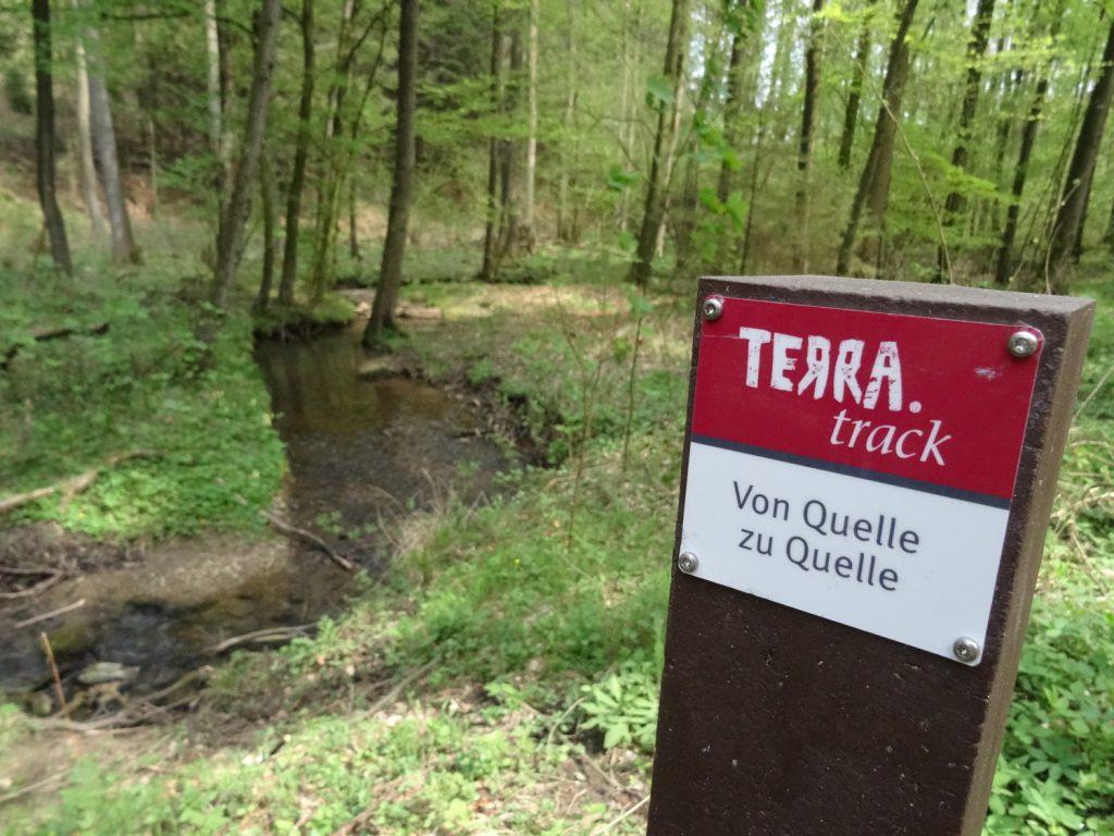 Die markanten Wegezeichen der neuen TERRA.tracks finden sich schon vilerorts entlang besonders schöner Routen im Südkreis, wie hier bei Dissen auf der Wanderroute zu den Hasequellen.