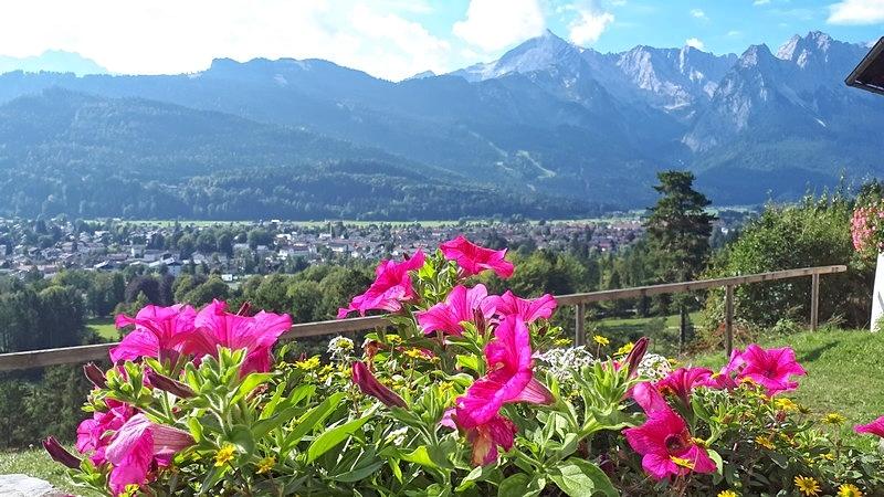 Auch auf Garmisch-Partenkirchen haben wir schon einen schönen Blick, sehen aber auch: Ganz hoch sind wir noch nicht!
