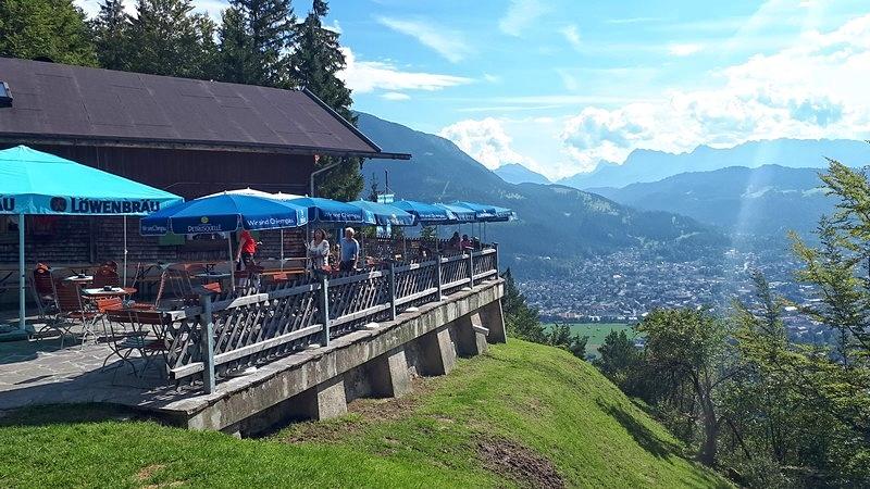 Über den Fahrweg erreichen wir die ganzjährig geöffnete Martinshütte.