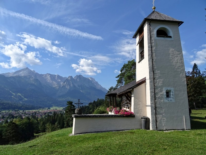 Versüßt uns den eintönigen Aufstieg: die Kriegergedächtniskapelle auf dem Hang des Grasbergs über Garmisch-Partenkirchen.