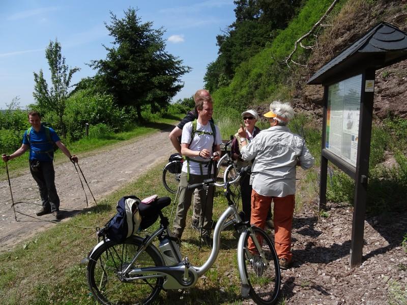 Wanderer sprechen mit einer Gruppe Radfahrer