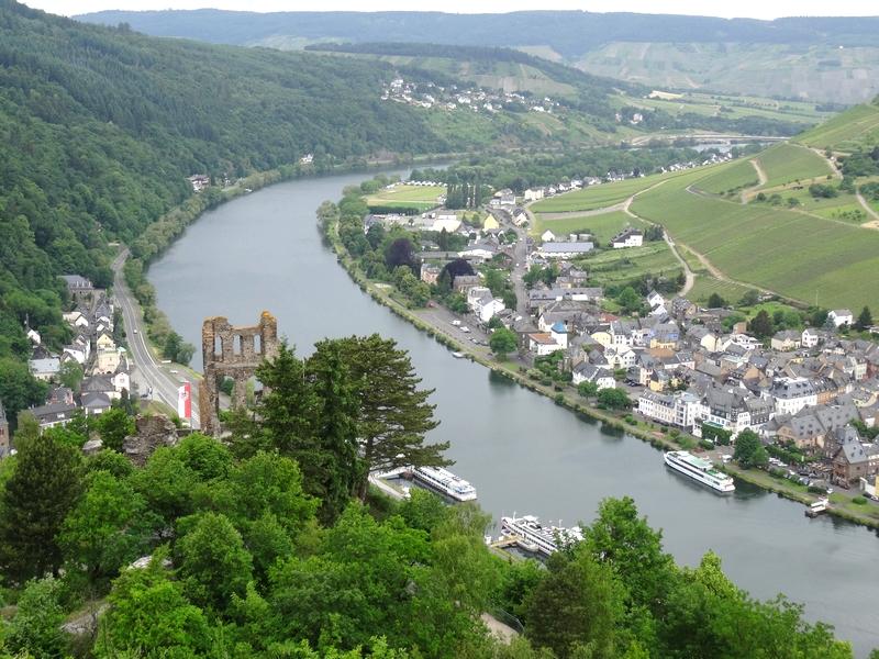 Blick von oben auf die Ruine der Grevenburg und Traben-Trarbach