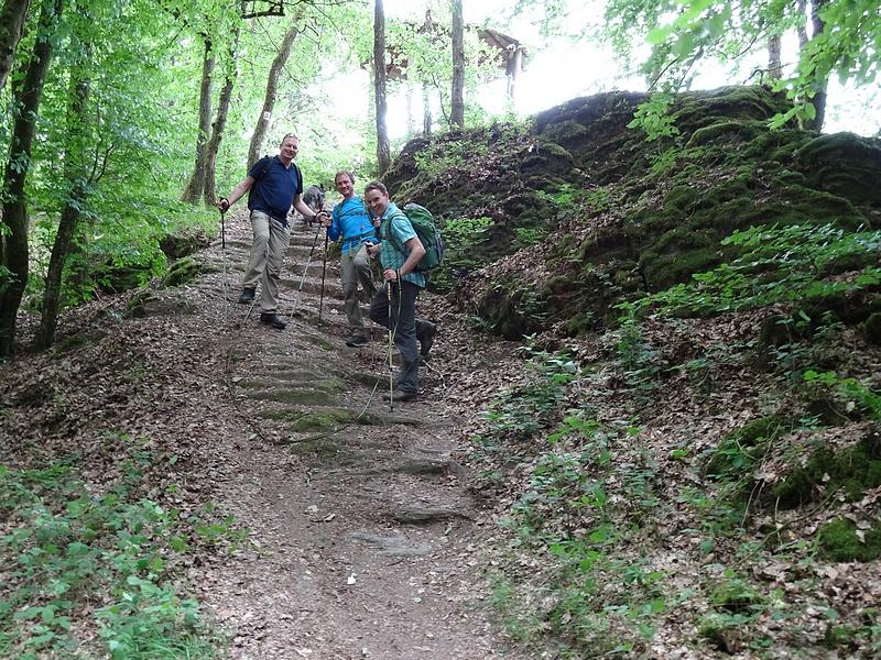 Drei Wanderer auf dem Moselsteig, im Hintergrund die Drieschhütte.