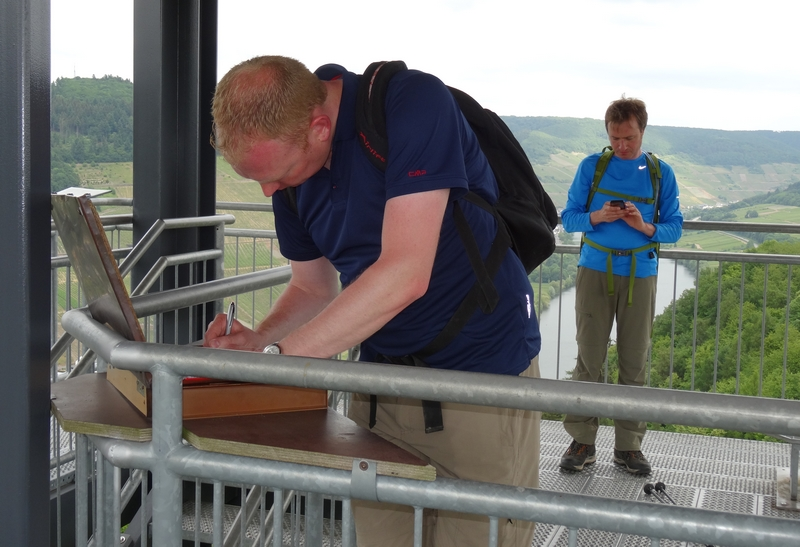 Ralf trägt uns in das Besucherbuch auf dem Aussichtsturm ein