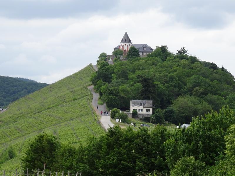 Blick auf den Hügel, auf dem Barl liegt