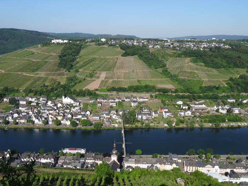 Blick vom Collis Turm über die Mosel auf Barl, das dort auf einem Hügel liegt.