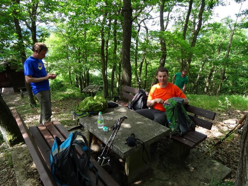 Wanderer an einem Rastplatz im Wald hinter Merl