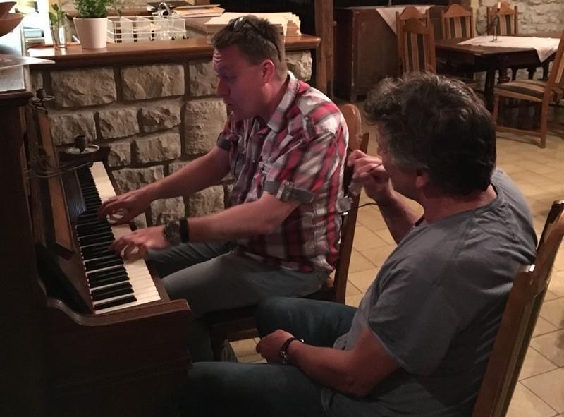 Der Wandervogel nebst Winzer an einem Klavier.