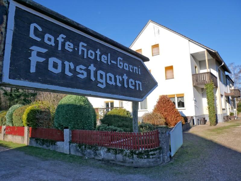 Schild Café Forstgarten mit dem Café im Hintergrund