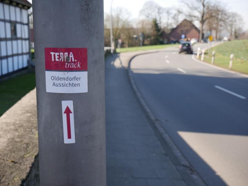 Wegweiser TERRA.track Oldendorfer Aussichten  am Straßenrand