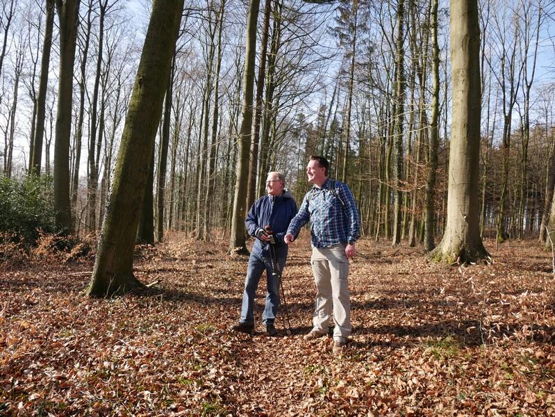 Zwei Wanderer auf dem TERRA.track Oldendorfer Aussichten