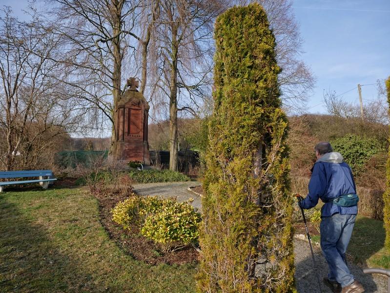 Wanderer vor Kriegerdenkmal