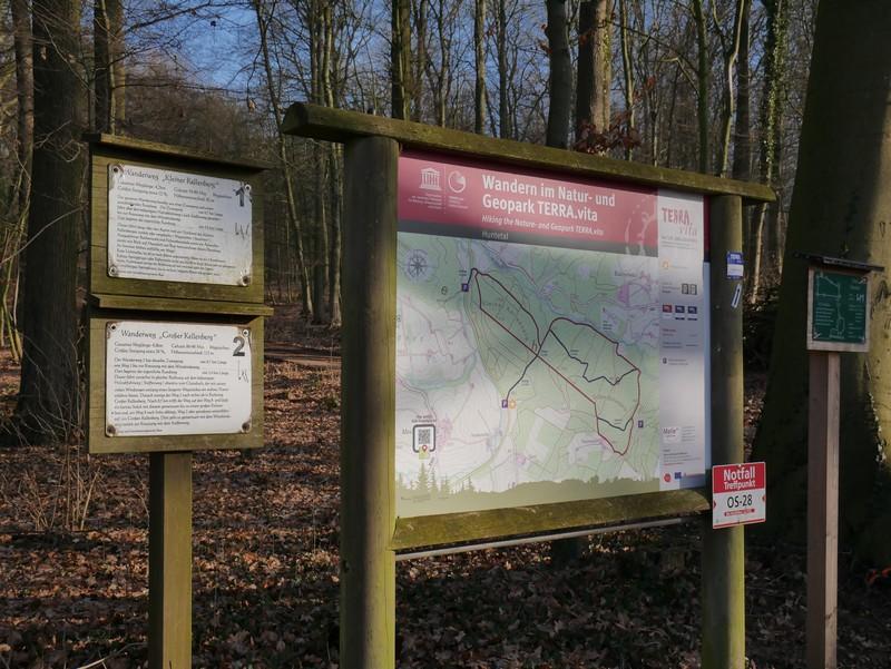Info-Tafel am Wanderparkplatz Huntetalstraße mit der Wegstrecke TERRA.track Kellenberg