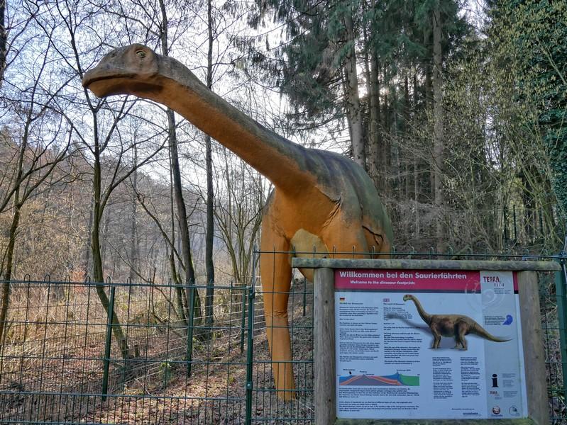 Skulptur eines Dinosauriers am Eingang zu den Saurierfährten