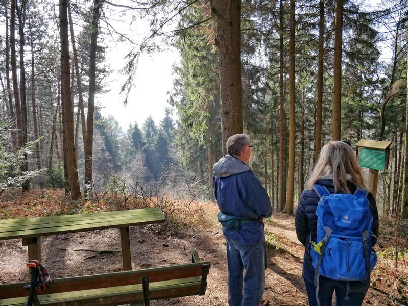 Aussichtspunkt Kirchspiel Buer mit zwei Wanderer am Rastplatz