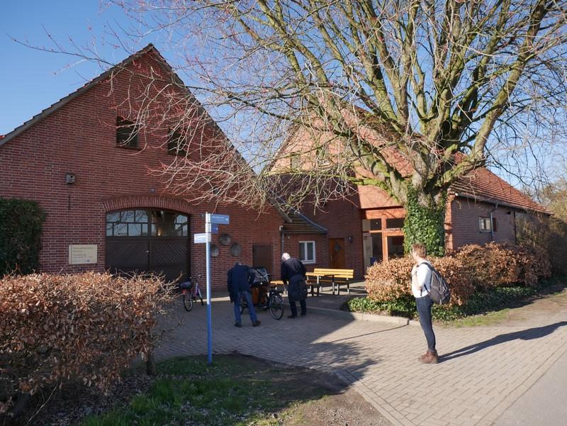 Die Naturschutz-Station Dümmer-See in Hüde, im Vordergrund mehrere Personen.